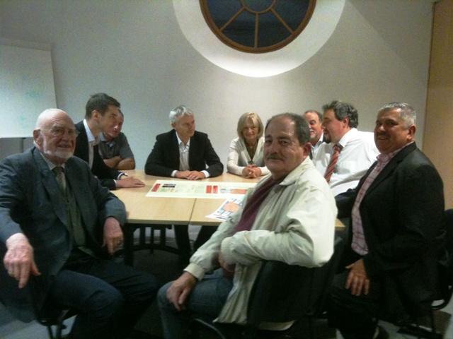 Candidats et participants réunis autour de la table
